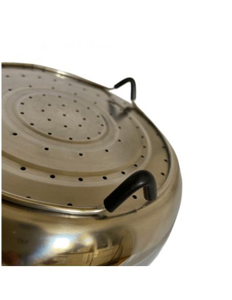 Vista desde la diagonal la tapa del cesto de vapor de acero inoxidable.