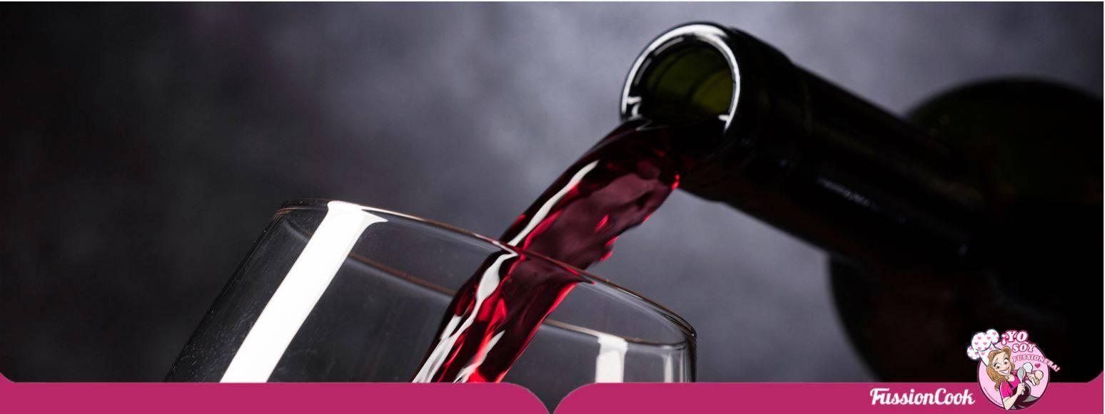 Sirviendo un buen vino para acompañar un entrecot de ternera.