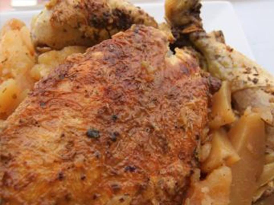 Imagen de Receta de Pollo Al´ast con FussionCook un pollo Al´ast recién servido en mesa.