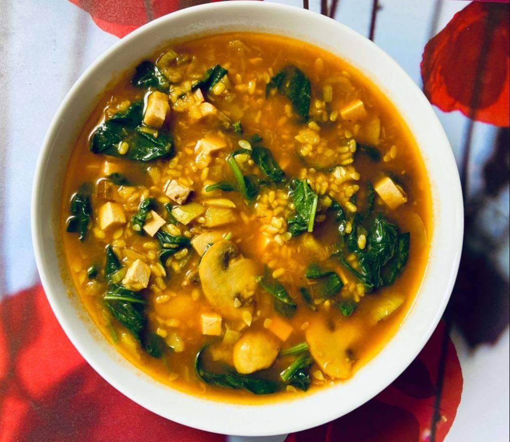 Sopa de Arroz Integral y Espinacas y Tofu.
