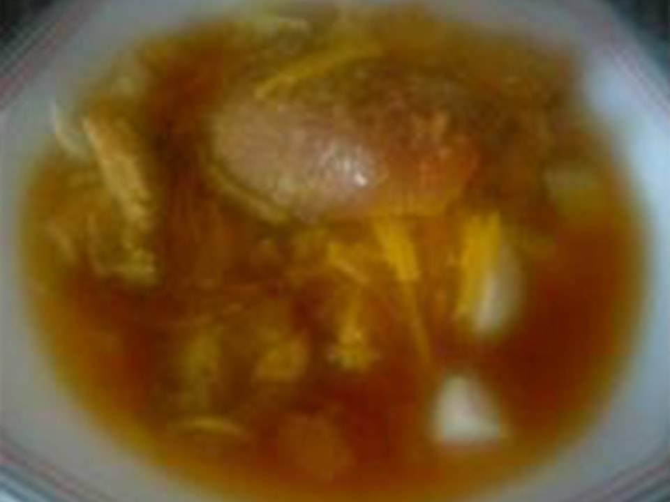 Imagen de un plato de sopa cubierta.