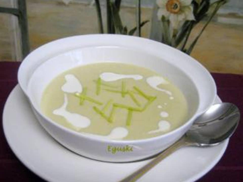 Plato servido de sopa de vichyssoise